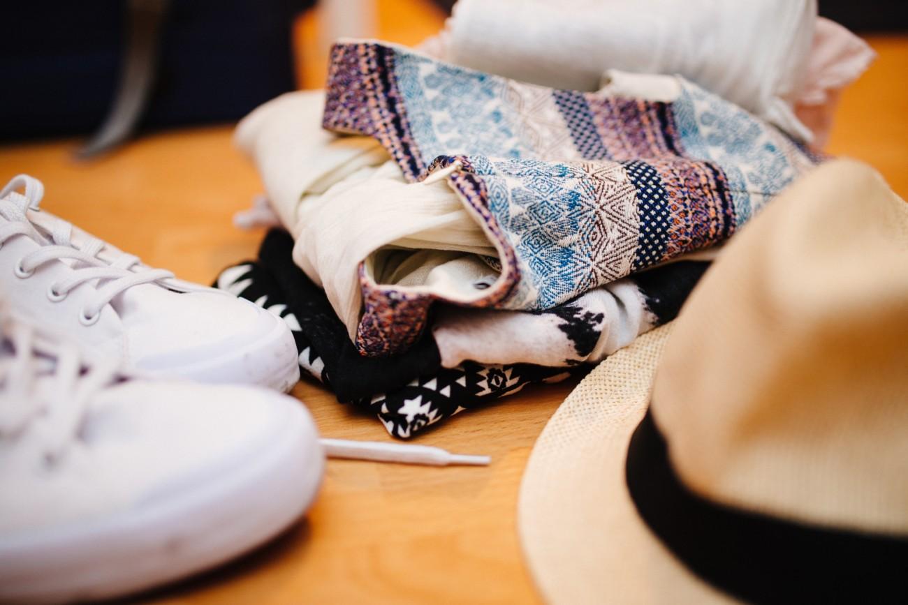 Zusammengefaltete Kleidung liegt auf dem Boden