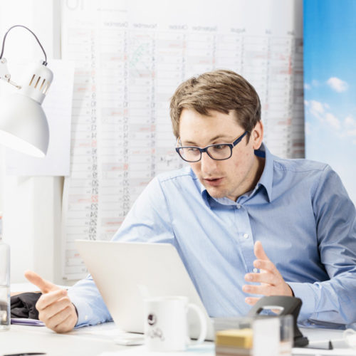 Get Lazy-Gründer Fabian Krüger sitzt vor einem Laptop und arbeitet