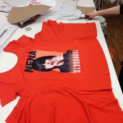 ein Bandtshirt von Nena liegt ausgebreitet auf einem Tisch, man erkennt die Umrisse einer Schablone auf dem T-shirt
