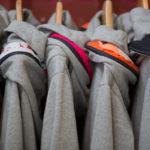 mehrere grau melierte Get Lazy Hoodies classic hängen an einer Kleiderstange