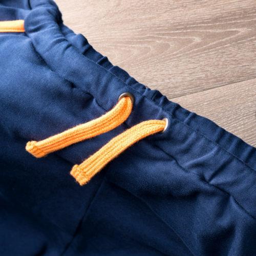 oberer Hosenbund von dunkelblauer Get Lazy casual pant mit orangener Schnürung