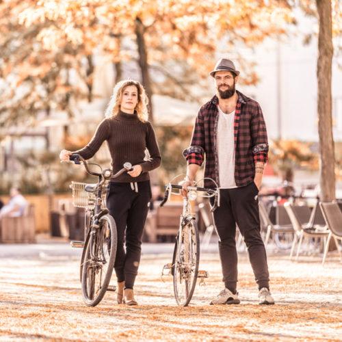 zwei Models stehen auf der Straße, haben Fahrräder bei sich und tragen die kuschelig warme Get Lazy pant urban in schwarz